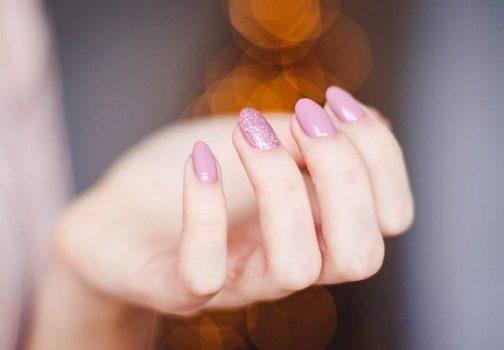 Pyłki do paznokci – kiedy warto ich używać?